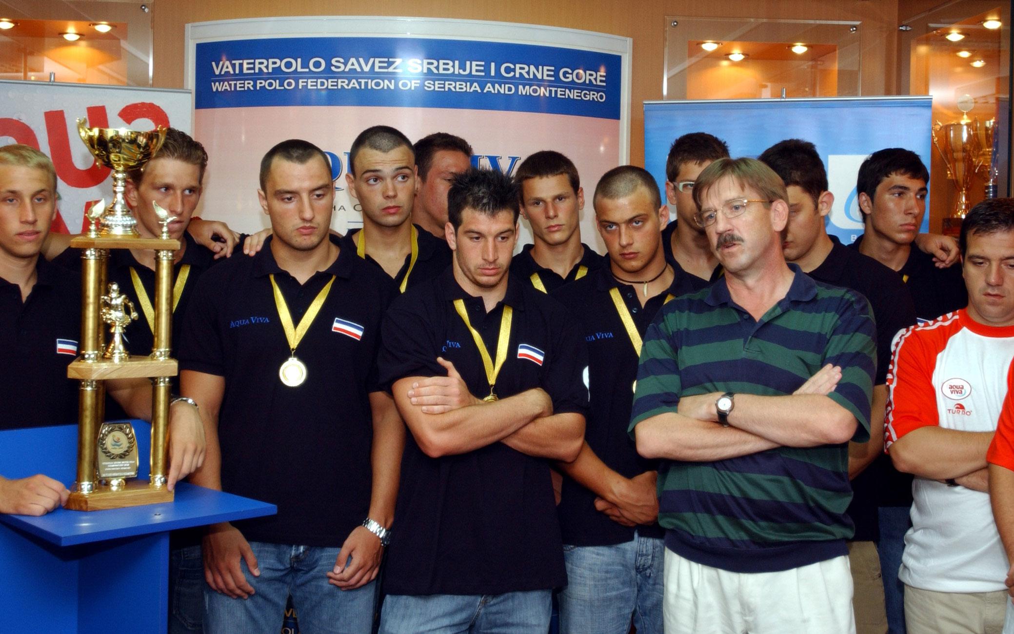 2006. (31.07.) Mlada vaterpolo reprezentacija SiCG, sampion Evrope, po povratku sa prvenstva, i Nenad Manojlovic.jpg